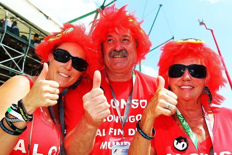 болельщики Фернандо Алонсо и Ferrari в красных париках на Гран-при Венгрии 2012