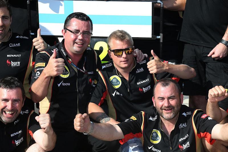 Эрик Буйе и Кими Райкконен с механиками Lotus празднуют подиум на Гран-при Венгрии 2013