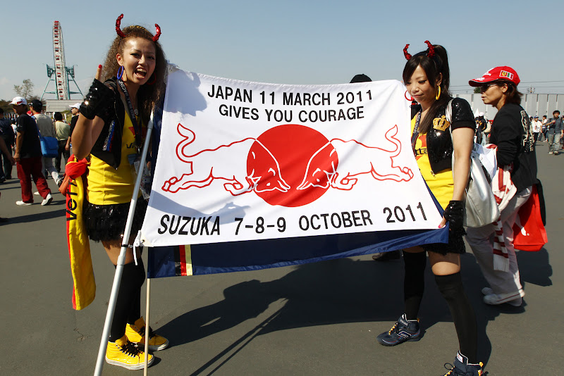 болельщицы Red Bull и Себастьяна Феттеля с оригинальным флагом на Гран-при Японии 2011
