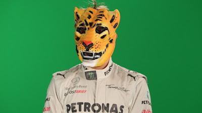 Нико Росберг в маске тигра - фотосессия RTL на фоне зеленого экрана