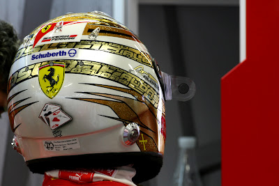 золотой шлем Фернандо Алонсо на Гран-при Сингапура 2011 - вид сзади