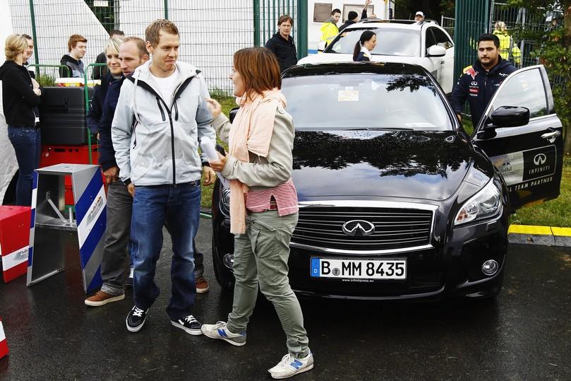 репортерша наступает Себастьяну Феттелю на ногу во время интервью на Гран-при Германии 2011