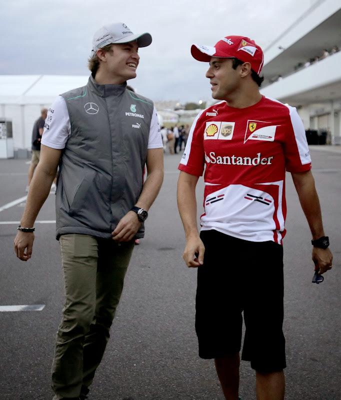 Нико Росберг и Фелипе Масса идут по паддоку Сузуки на Гран-при Японии 2013