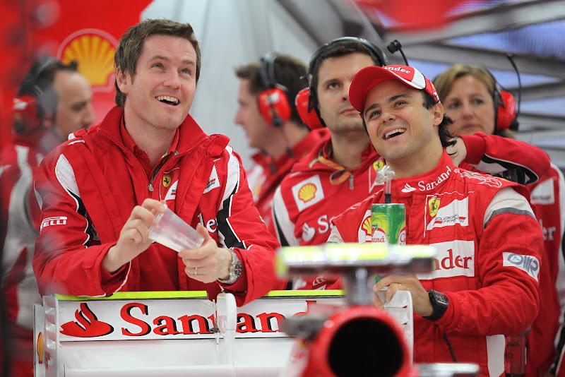 Роб Смедли и Фелипе Масса смеются в боксах Ferrari на Гран-при Кореи 2011