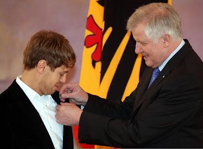 Себастьян Феттель получает Серебряный лавровый лист из рук президента бундесрата Хорста Зеехофера в Двореце Бельвю в Берлине 24 февраля 2012