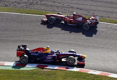 Фернандо Алонсо едет в обратную сторону от Себастьяна Феттеля во время второй сессии свободных заездов на Гран-при Японии 2013