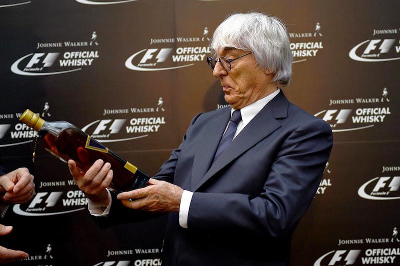 Берни Экклстоун и бутылка виски на Гран-при Сингапура 2014