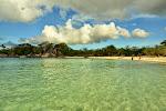Tanjung Tinggi - jak każda plaża z krystalicznie czysta woda wyglada różnie w zależności od wygladu nieba.