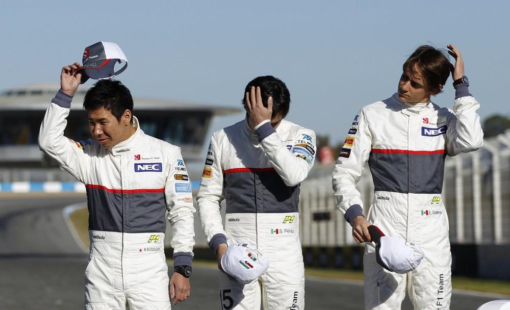 пилоты Sauber укладывают волосы перед презентацией нового болида C31 в Хересе 6 февраля 2012