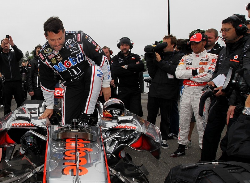 Тони Стюарт садится в болид McLaren Льюиса Хэмилтона в Уоткинс-Глене на Mobil 1 Car Swap 2011