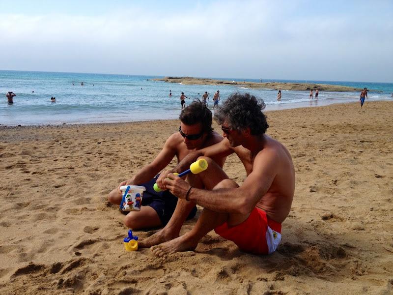 Фернандо Алонсо на пляже со своим инженером