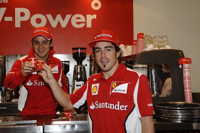 Фелипе Масса и Фернандо Алонсо пьют кофе на спонсорском мероприятии Shell перед Гран-при Австралии 2012