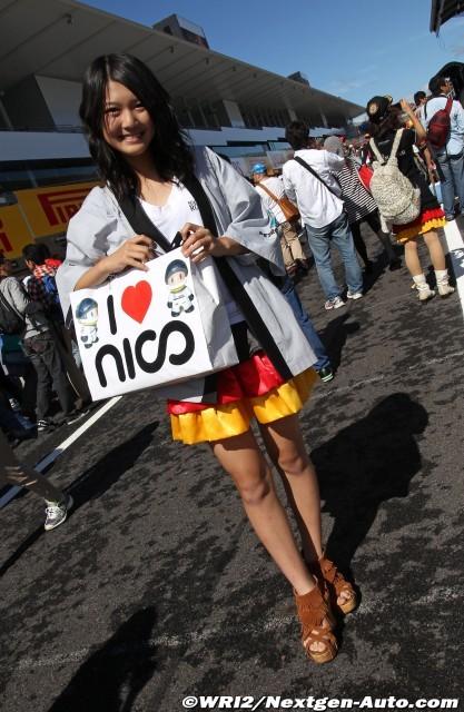 Nico Mana - болельщица Нико Росберга в юбке в цветах немецкого флага на Гран-при Японии 2011