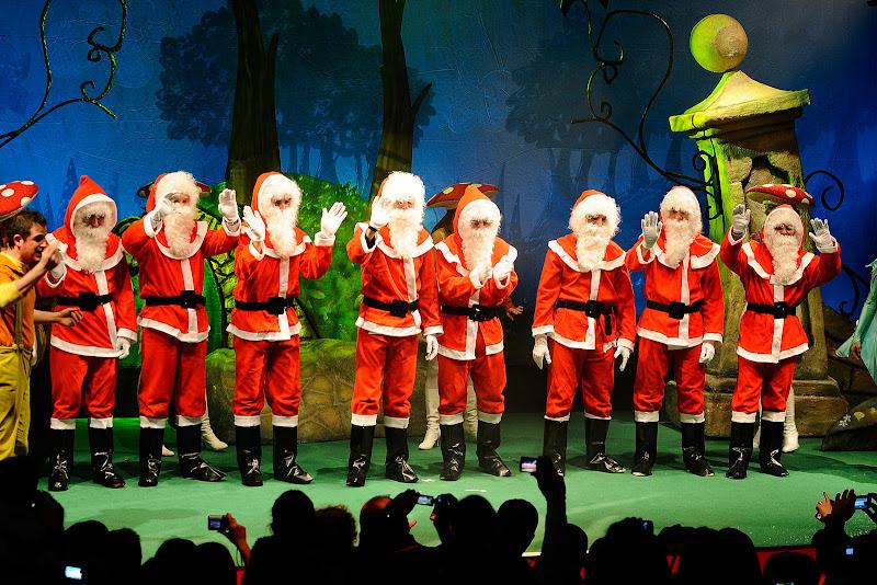 пилоты Ferrari в костюмах Санта-Клауса на сцене на рождественском мероприятии Ferrari для детей 18 декабря 2011