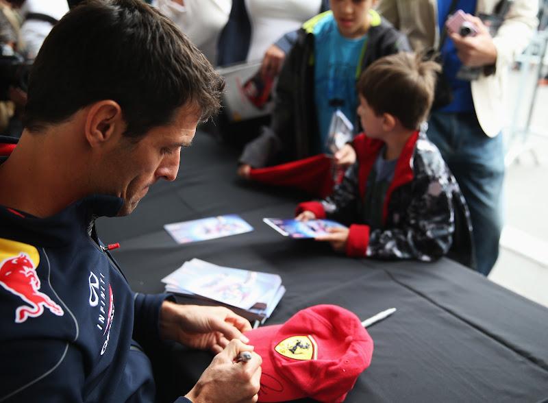 Марк Уэббер ставит автограф на кепке Ferrari на автограф-сессии Гран-при Канады 2013