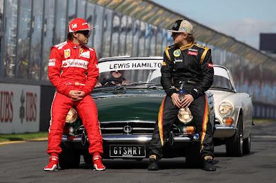 Фернандо Алонсо и Кими Райкконен смотрят друг на друга на фотосессии чемпионов на Гран-при Австралии 2012