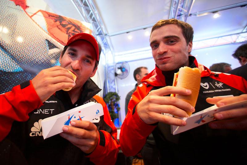 Тимо Глок и Жером Д'Амброзио кушают хот-доги в гараже на Гран-при Великобритании 2011