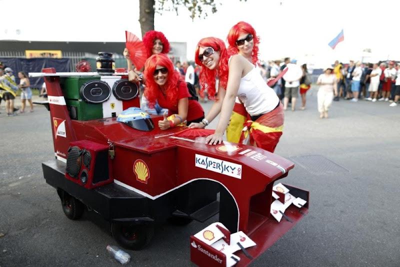 болельщики Ferrari с болидом и в красных париках на Гран-при Италии 2013