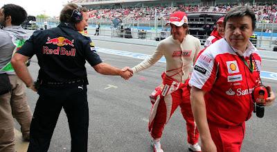 Кристиан Хорнер и Фернандо Алонсо жмут руки на Гран-при Бельгии 2013