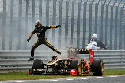 Ник Хайдфельд выпрыгивает из горящего Lotus Renault на Гран-при Венгрии 2011