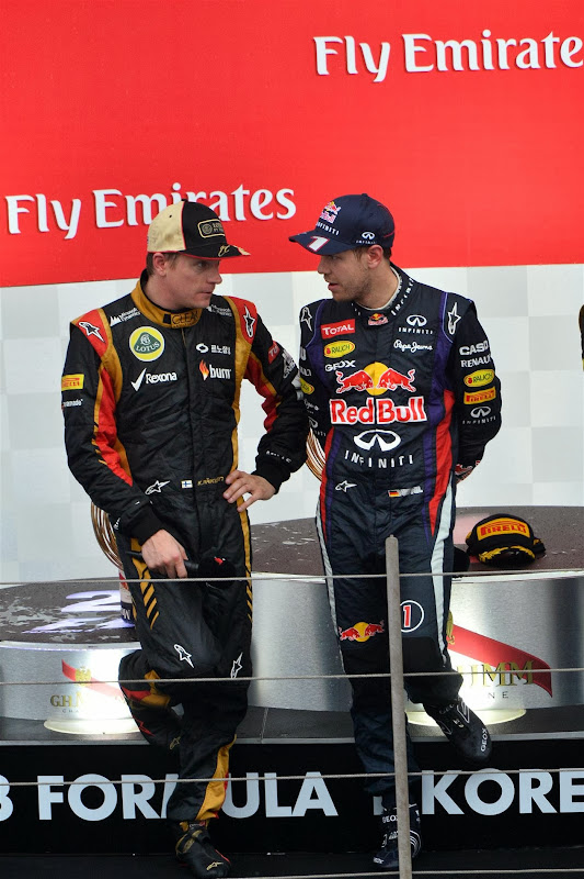 Кими Райкконен и Себастьян Феттель разговаривают на подиуме Гран-при Кореи 2013