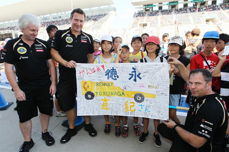 плакат болельщиков Renault Lotus и механики на Гран-при Японии 2012