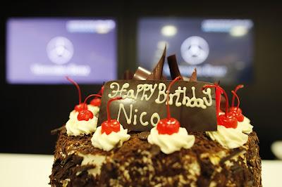Нико Росберг празднует день рождения с тортиком на Гран-при Великобритании 2013