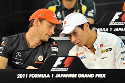 Дженсон Баттон говорит что-то Камуи Кобаяши на пресс-конференции Гран-при Японии 2011