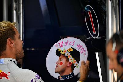 Себастьян Феттель с подарком от болельщиков Гран-при Кореи 2013