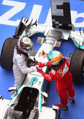 Льюис Хэмилтон и Фернандо Алонсо пожимают руки после финиша гонки на Гран-при Китая 2014