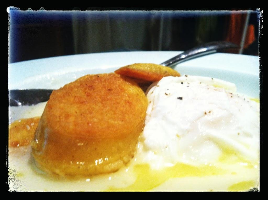 Crema  de coliflor con huevo poché y butifarra de huevo chef personal cocinero restaurante a domicilio Mejor en casa BCN Barcelona
