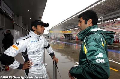 Карун Чандхок и Нараин Картикеян разговаривают на пит-лейне Йонама на Гран-при Кореи 2011