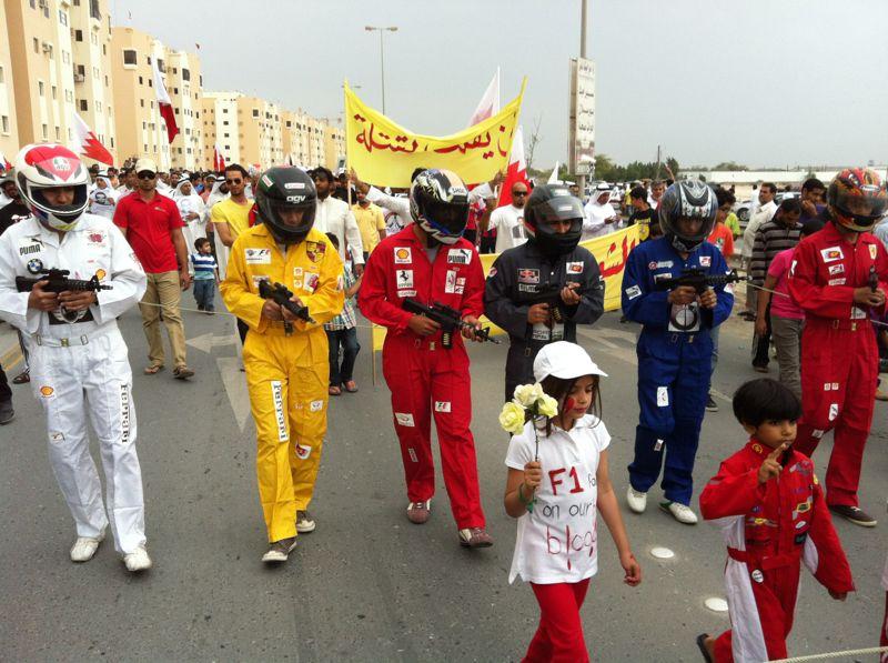 акции протеста в Бахрейне - демонстранты в комбинезонах