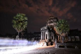 Wycieczka zmierzającana osławiony wschód słońca w Angkor Wat w impresji Łukasza