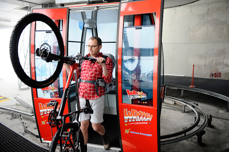 Стефано Доменикали с велосипедом Ferrari на летнем Wrooom 2011