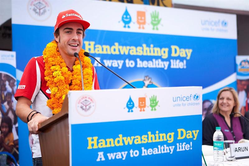 Фернандо Алонсо UNICEF Handwashing Day на Гран-при Индии 2012