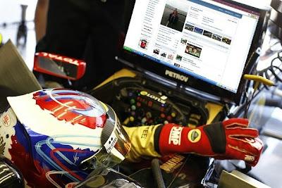 Виталий Петров убивает время на Гран-при Великобритании 2011