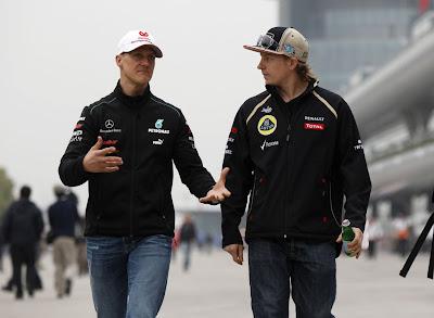 Михаэль Шумахер и Кими Райкконен идут по паддоку Шанхая на Гран-при Китая 2012