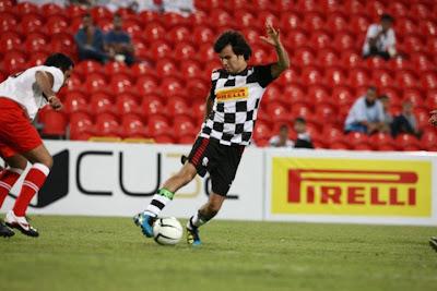 Серхио Перес на футбольном матче на Гран-при Абу-Даби 2011