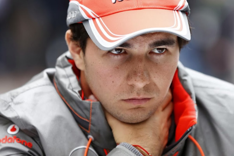 Серхио Перес держит себя за горло на Гран-при США 2013