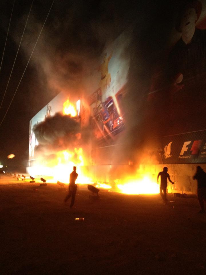 протестанты сжигают баннеры Гран-при Бахрейна 2012