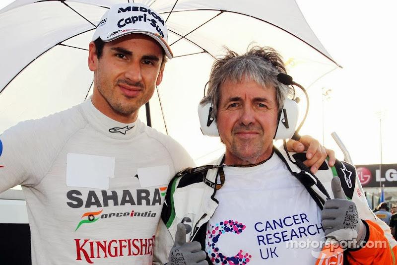 Адриан Сутиль и Нил Дики в футблоке Cancer Research UK на стартовой решетке Гран-при Абу-Даби 2013