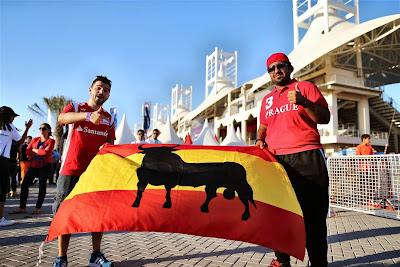 болельщик Ferrari с испанским флагом на Гран-при Бахрейна 2014