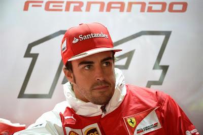 Фернандо Алонсо украдкой тянется к ботинку Puma в боксах Ferrari на Гран-при Монако 2014