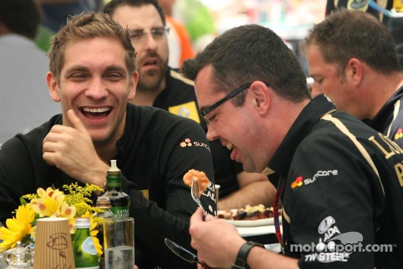 Виталий Петров и Эрик Буйе смеются за обедом на Гран-при Бразилии 2011