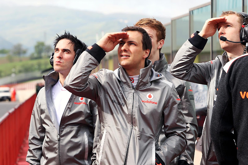 Гэри Паффетт и механики McLaren на тестах в Муджелло 2012