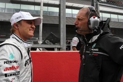 Нико Росберг разговаривает со своим гоночным инженером Джоком Клиа на стартовой решетке Гран-при Бельгии 2011