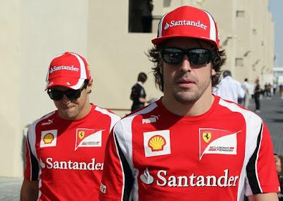 Фернандо Алонсо и Фелипе Масса позади идут по паддоку Яс Марины на Гран-при Абу-Даби 2011