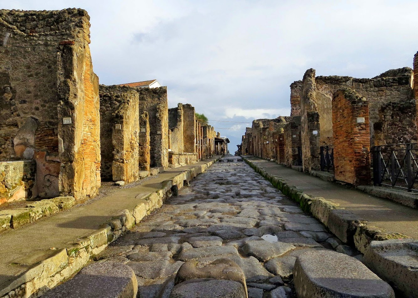 Italy: Guilty thieves return ancient objects to Pompeii