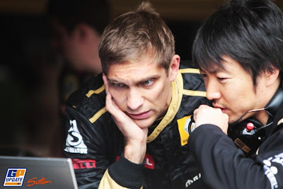 Виталий Петров фэйспалмит общаясь с Аяо Комацу на Гран-при Германии 2011